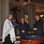 Ks. P. Gaś i prof. K. Karski. wręczają medal Zasłużony dla tolerancji Romanowi Michalakowi