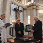 Prof. K. Karski i Ks. P. Gaś wręczają medal Zasłużony dla tolerancji Romanowi Michalakowi