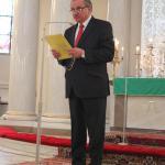 Sekretarz T. Klimański czyta laudację dla ks L. Wiśniewski Zasłużony dla tolerancji